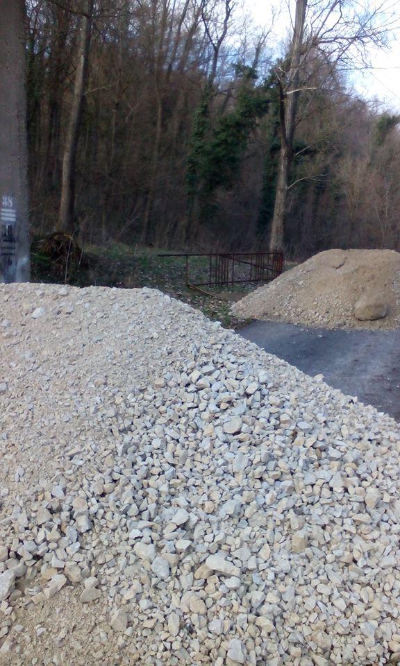 2 brda šljunka 2016., potpuno zapriječen put udruzi do objekata i radnnih prostora